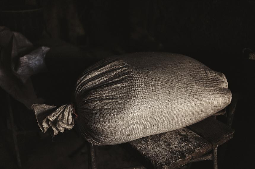 Reportaje fotográfico de Fernando Berani fotógrafo de bodas horneando pan en casa